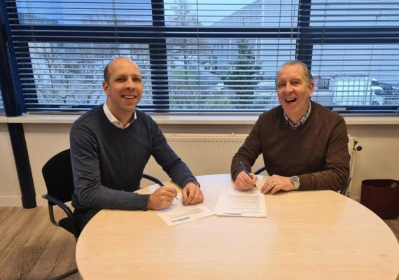 Rob Beunder tekent vlak voor zijn pensioen het nieuwe arbeidscontract!